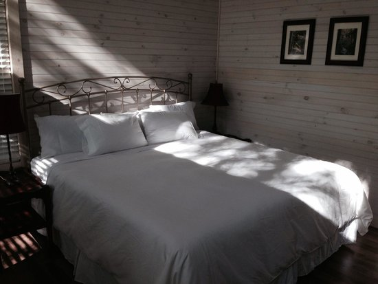 Rivers Edge Treehouse Resort: King bed
