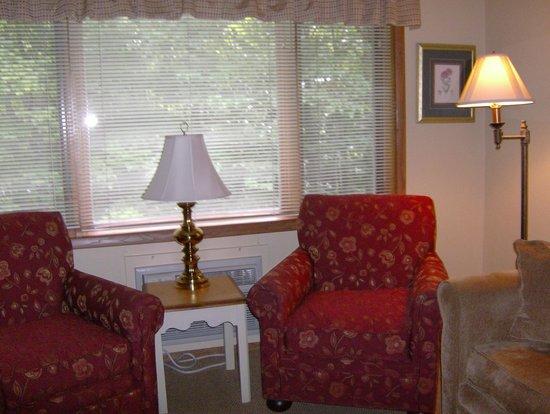 Waterbury Inn : Seating Area in Two Bedroom Suite