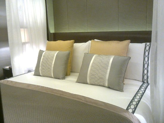 Four Seasons Hotel Riyadh at Kingdom Centre : ..awesome bed in suite..