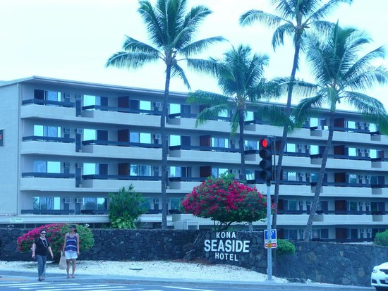 Kona Seaside Hotel: Front of the hotel, ocean view on the other side