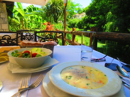 Konoba Catovica Mlini: Seafood soup and salad