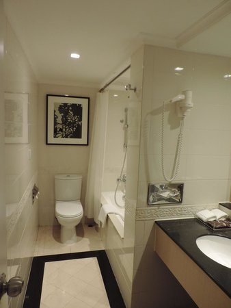 Eaton, Hong Kong: Deluxe Room Bathroom