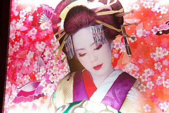 Dining Ohana : Geisha Art Display