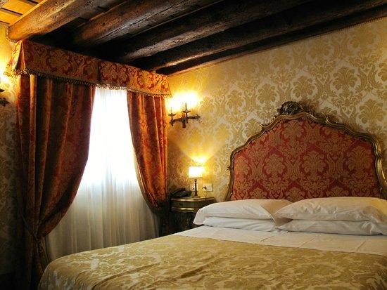 Hotel Palazzo Abadessa : Very comfortable room