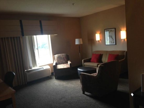 Cambria Hotel & Suites : Living Room with Office Space