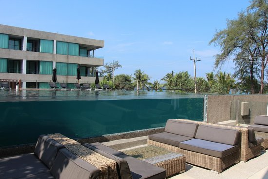 B-Lay Tong Phuket: cool glass wall of the pool