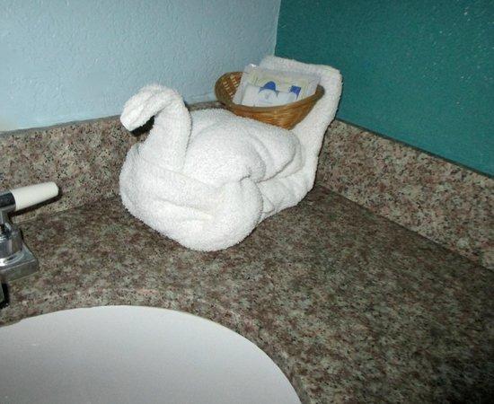 Pinn Road Inn & Suites: Charming detail: Towel swan's basket holds toiletry amenities