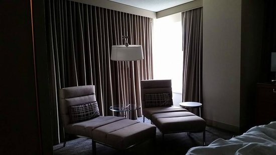 Hyatt Regency McCormick Place: Corner Room, Lounging Area