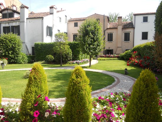 HOTEL OLIMPIA Venice: Courtyard at the hotel