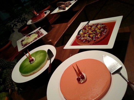 Thulhagiri Island Resort : Dessert corner of dinner buffet