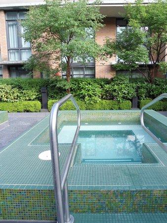 L'Hermitage Hotel : Hot tub.