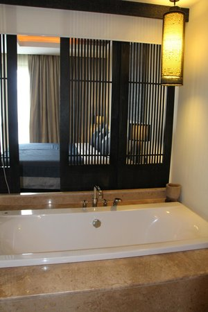Aruntara Riverside Boutique Hotel: sliding shutters between the bathtub and bed