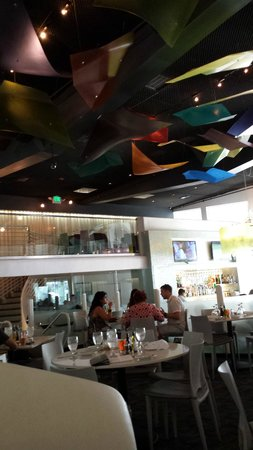 Lulu California Bistro: I love the fun decorations hanging from the ceiling!