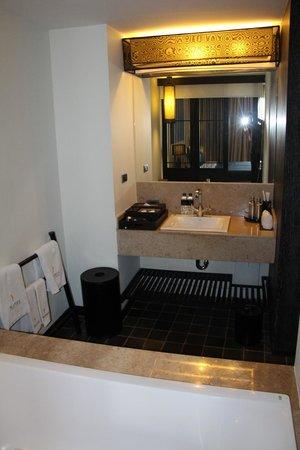 Aruntara Riverside Boutique Hotel: bathroom
