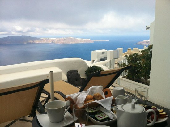 Vallais Villa: Breakfast with a view!