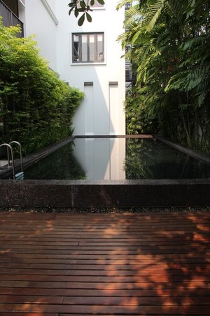 Aruntara Riverside Boutique Hotel: Pool - a little chilly