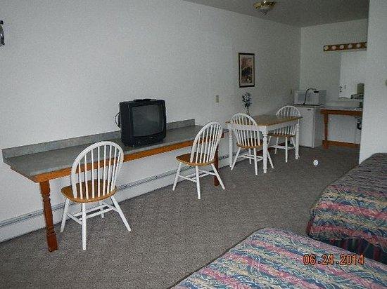 Village Inn Motel: TV-and room