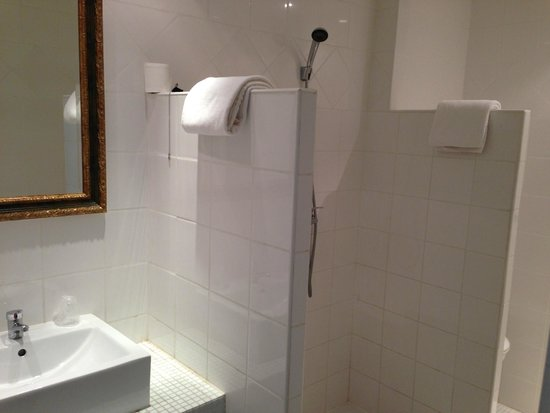 P'tit Dej-Hotel Martigues Le 5: 簡素というか、殺風景というか…