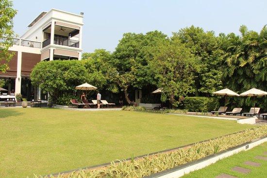 Aruntara Riverside Boutique Hotel: pool/lounging area