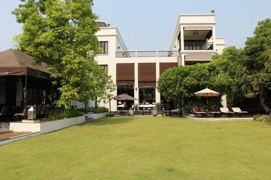Aruntara Riverside Boutique Hotel: dining/lounging area