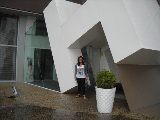 Ibis Braga : Á entrada do Hotel a minha Esposa.
