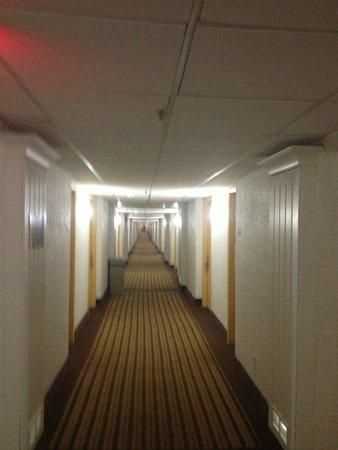 Days Inn Neptune Jacksonville Beach Mayport Mayo Clinic NE: Loooooong Hallway