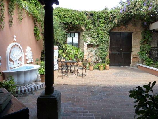 Hotel Casa Ovalle: Entrance Courtyard