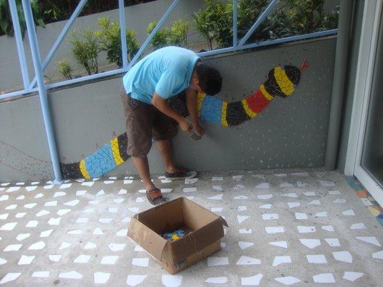 Hotel Plaza Yara : Staff member composing mosaic
