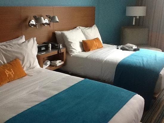 Shore Hotel: Bedroom with 2 double beds