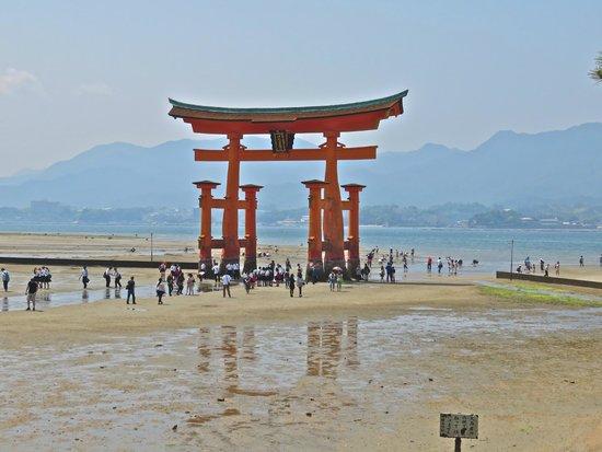Miyajima: Torii at low tide