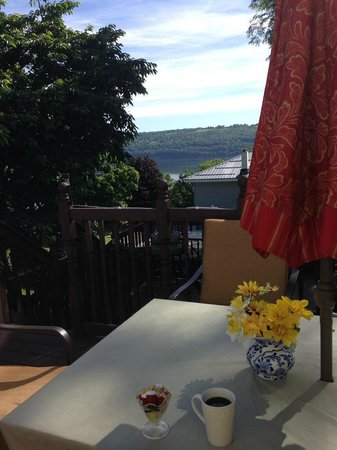 Lake Valley Legends Bed and Breakfast: Morning coffee on the porch
