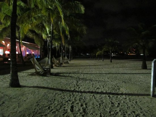 Courtyard by Marriott Isla Verde Beach Resort: Courtyard beach at night