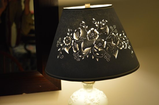 Fairville Inn Bed and Breakfast : Sweet lamp at bedside