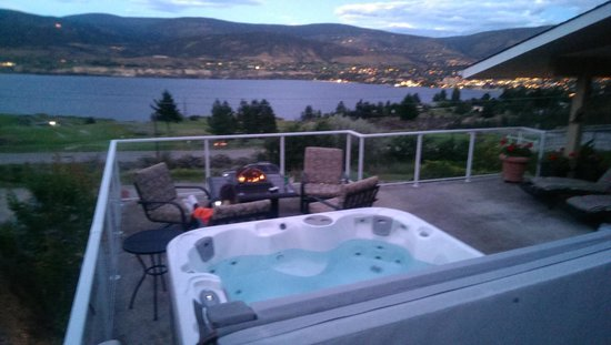 KeriGlen Lake View Bed & Breakfast: Deck View & Hot Tub