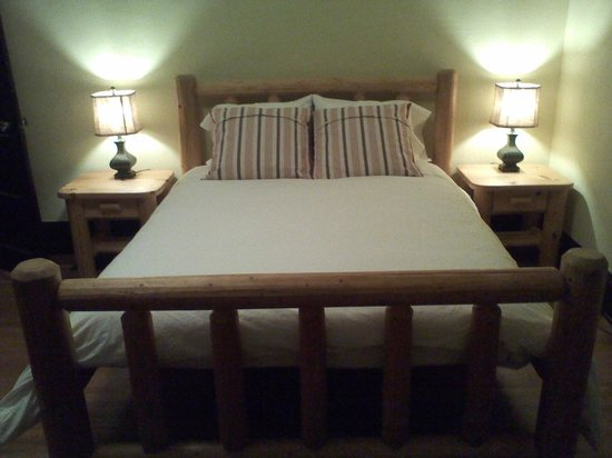 The Craftsman Inn Moro: Room W offers log furnishings and a Queen bed