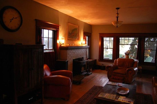 The Craftsman Inn Moro: Formal living room provides quiet relaxation