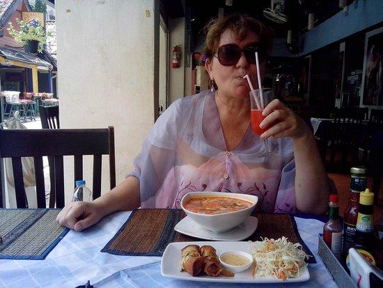 Baumancasa Karon Beach Resort : Обед в кафешке. Том Ям обалденно вкусный, фреш тоже!