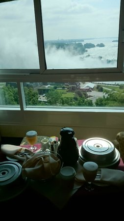Niagara Falls Marriott Fallsview Hotel & Spa : Room Service overlooking the falls