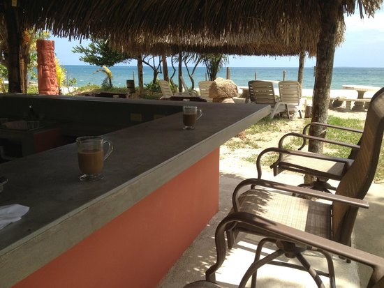 Tranquility Bay Beach Retreat: Great Honduras coffee at the beach side Tiki Bar
