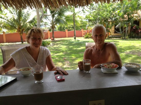 Tranquility Bay Beach Retreat: Nothing tops a coffee, fruit dish and Canadian organic oatmeal morning