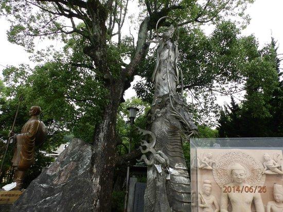 Ishiteji: 山門までの境内の彫像
