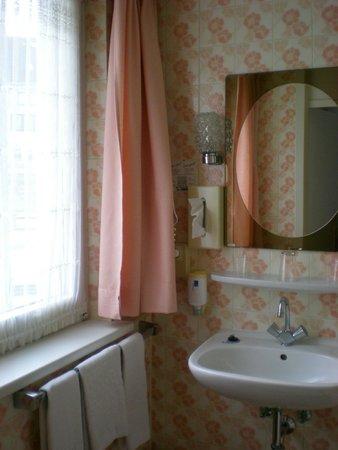 Bismarck Hotel : Ванная комната с окном