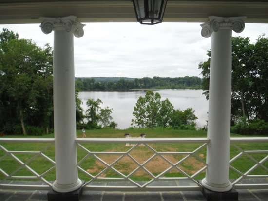 Belle Grove Plantation Bed and Breakfast : View from upstairs balcony overlooking Rappahannock River