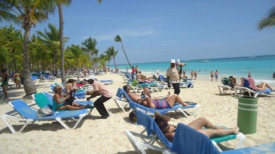 Hotel Riu Palace Punta Cana : hermosa playa y los drinki drinki (tragos continuamente)