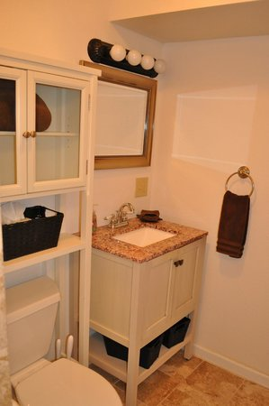 Paia Bay Suites: Downstairs bath