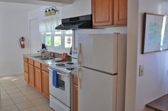Paia Bay Suites: Downstairs kitchen