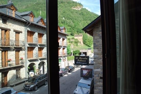 Hotel Pradas Ordesa: la vue de notre chambre sur la rue principale