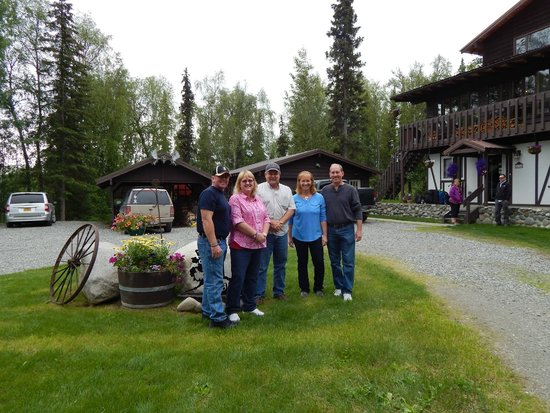 Talkeetna Chalet: Wonderful host Dave in the center.