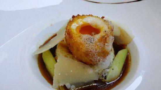 Le Mini Palais : Oeuf mollet frit, sun brioche en pain per du asperges vertes et parmesan EU 22 - incredible!!