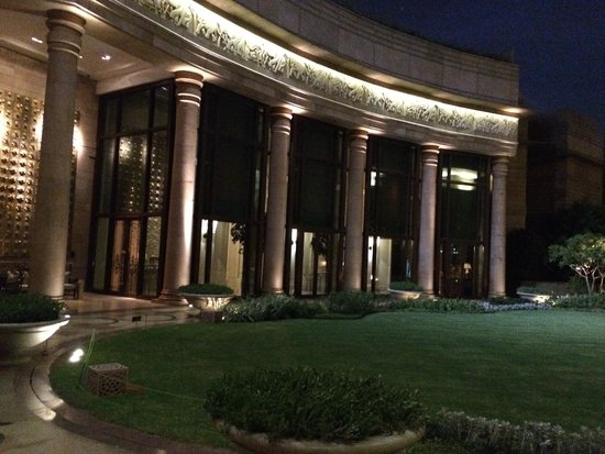 The Leela Palace New Delhi : graden at night